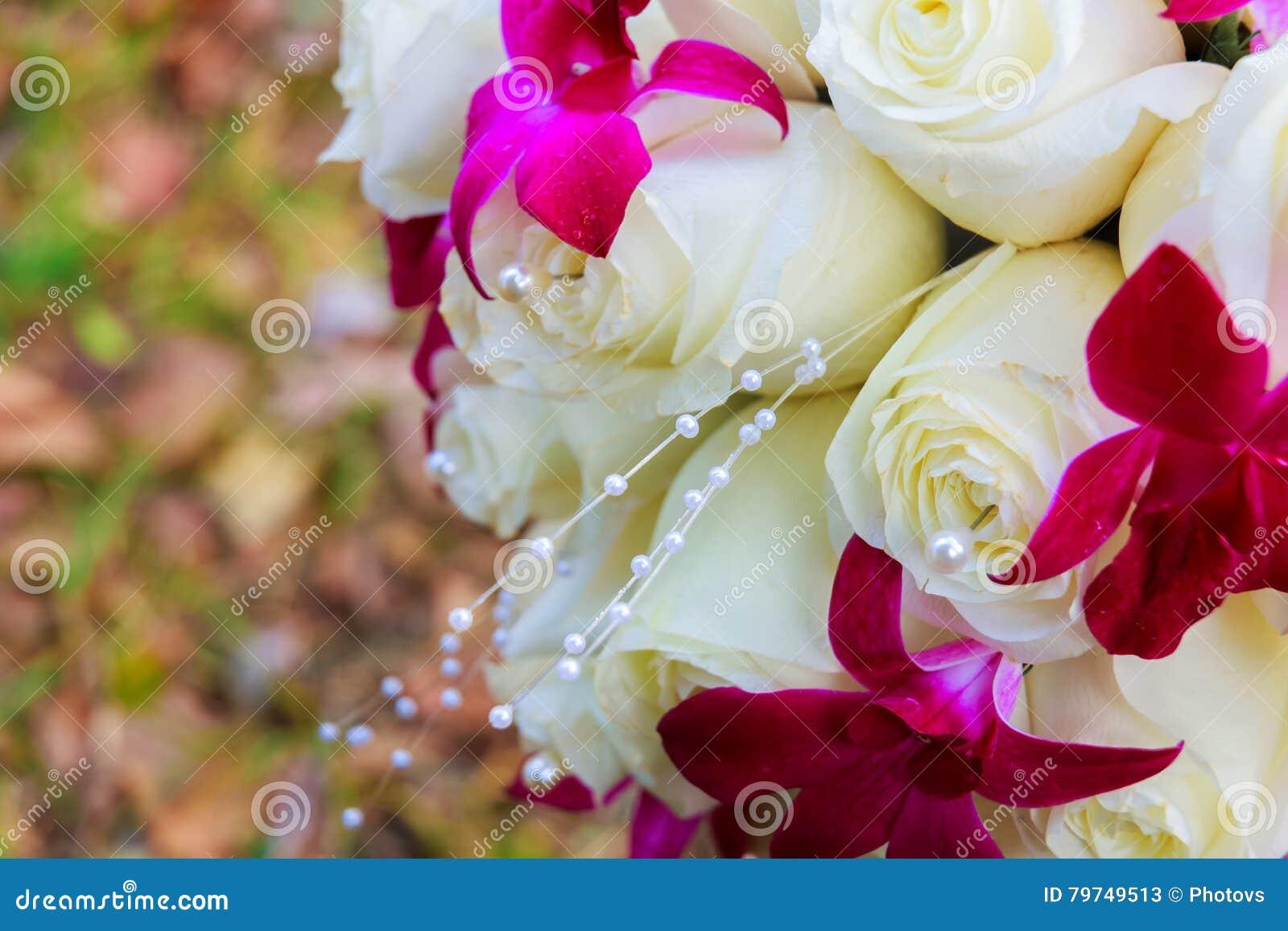 Casarse el ramo nupcial con las rosas
