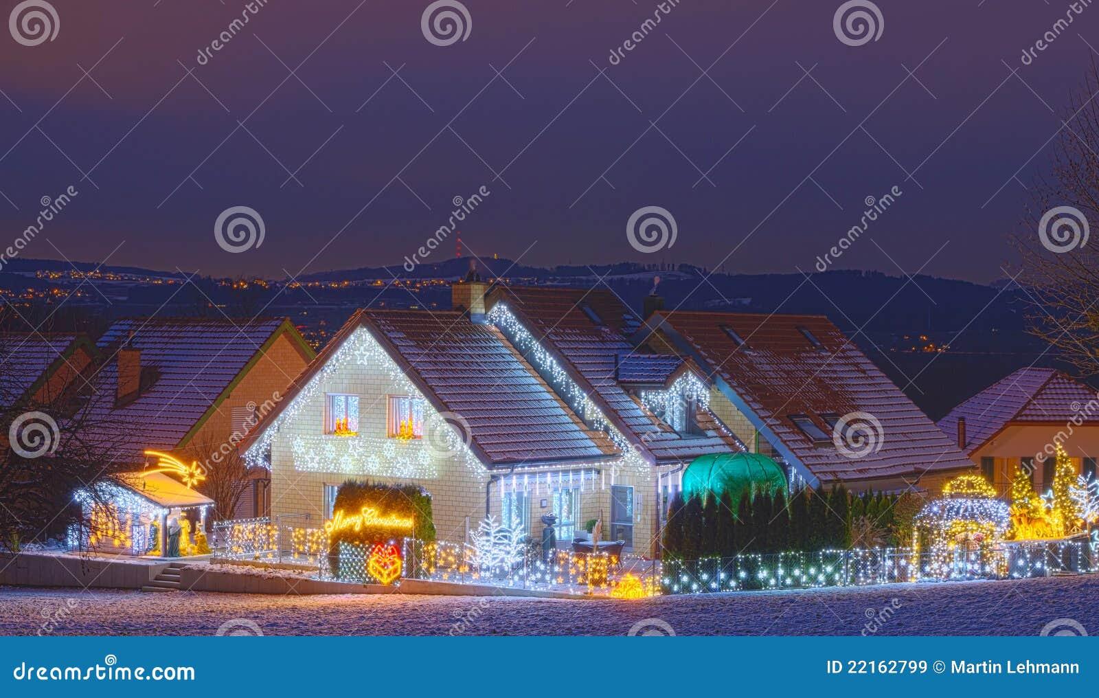 Casas adornadas con las luces de la navidad im genes de archivo libres de regal as imagen - Imagenes de casas adornadas con luces de navidad ...