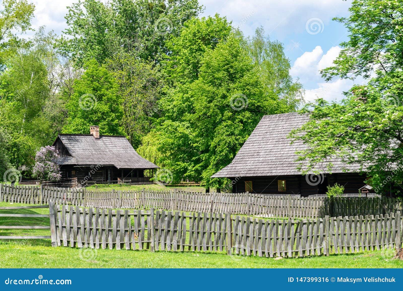 Casas antigas no lado do país
