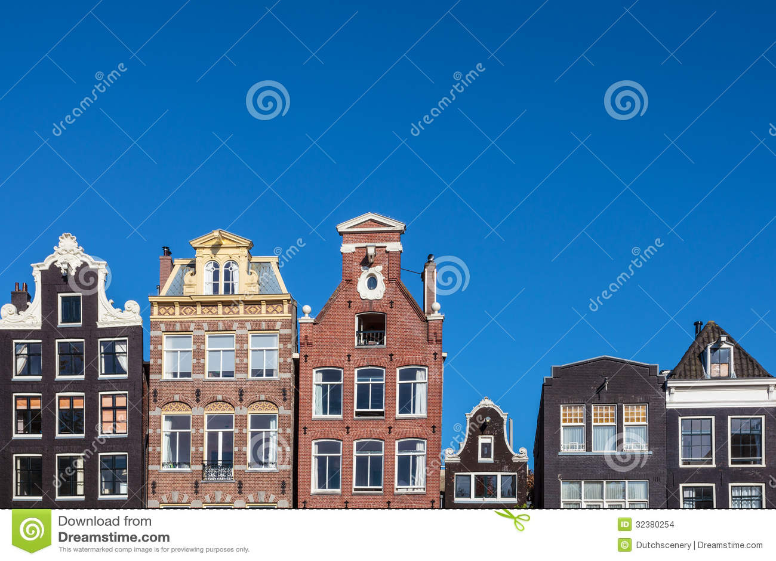Casas antiguas del canal en el capital holandés Amsterdam