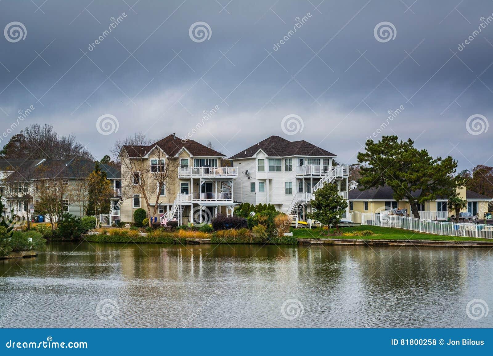 Casas ao longo da costa do azevinho do lago, em Virginia Beach, Virgini