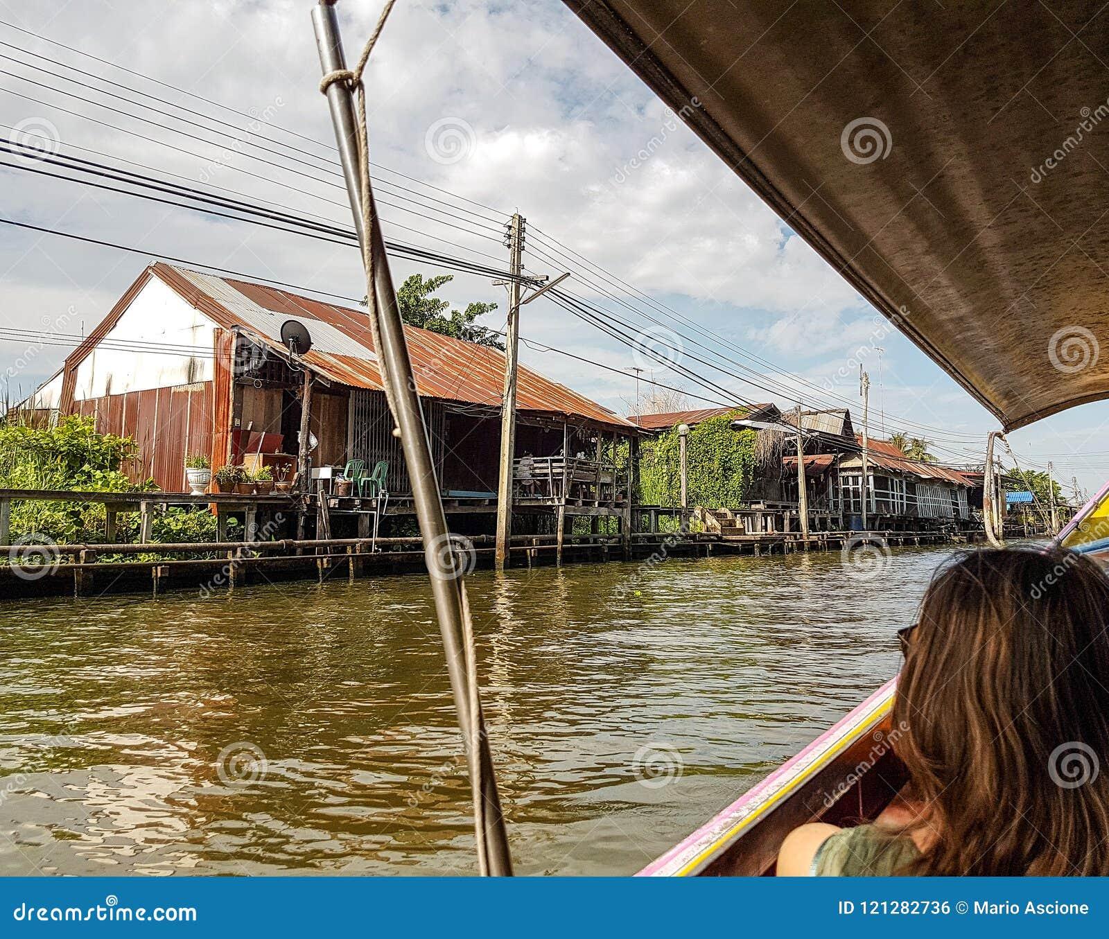 Casas ao longo do rio