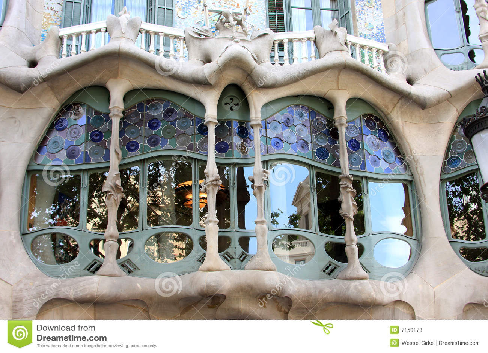 casas battlo edificio de nouveau del arte en barcelona fotos de archivo imagen 7150173. Black Bedroom Furniture Sets. Home Design Ideas