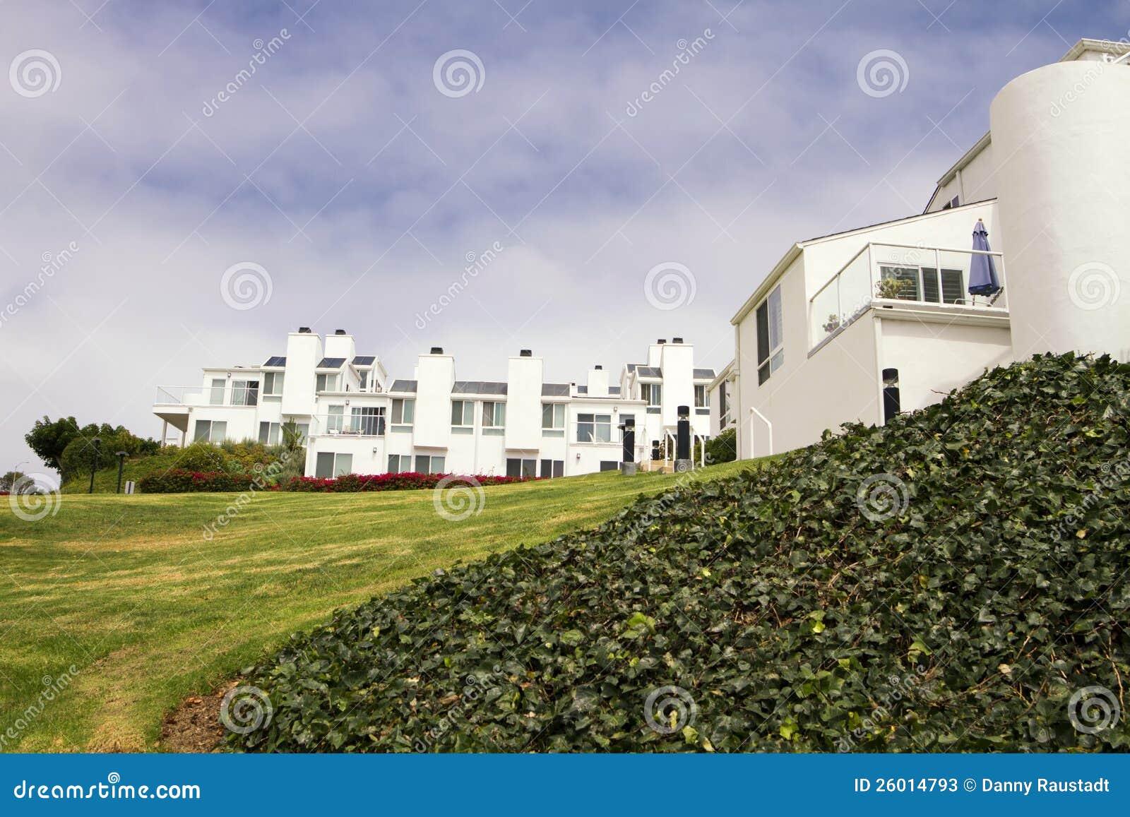 Casas blancas modernas en una colina en california fotos - Casas blancas modernas ...