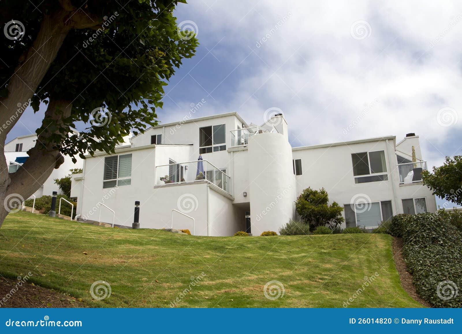 Casas blancas modernas en una colina en california foto de - Casas blancas modernas ...