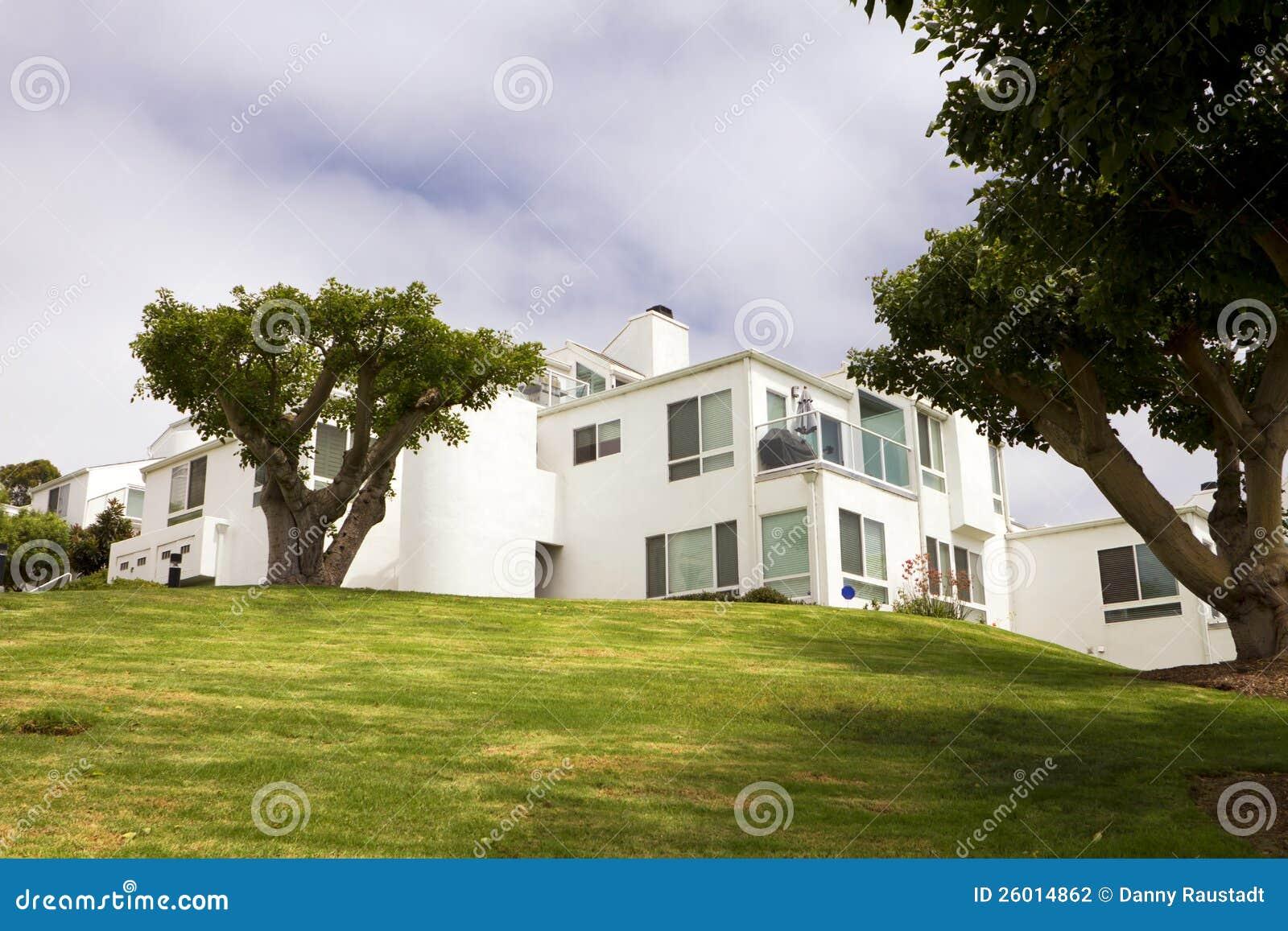 Casas blancas modernas en una colina en california - Casas blancas modernas ...