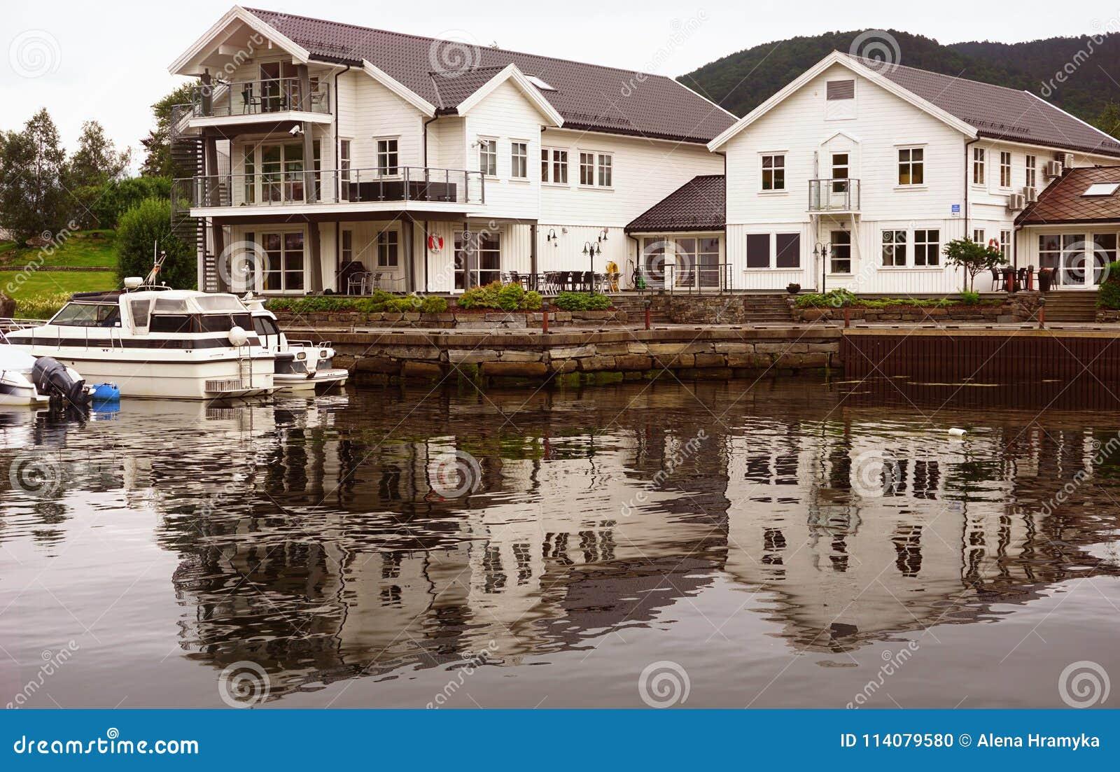 Casas blancas noruegas en la orilla del fiordo, arquitectura escandinava clásica