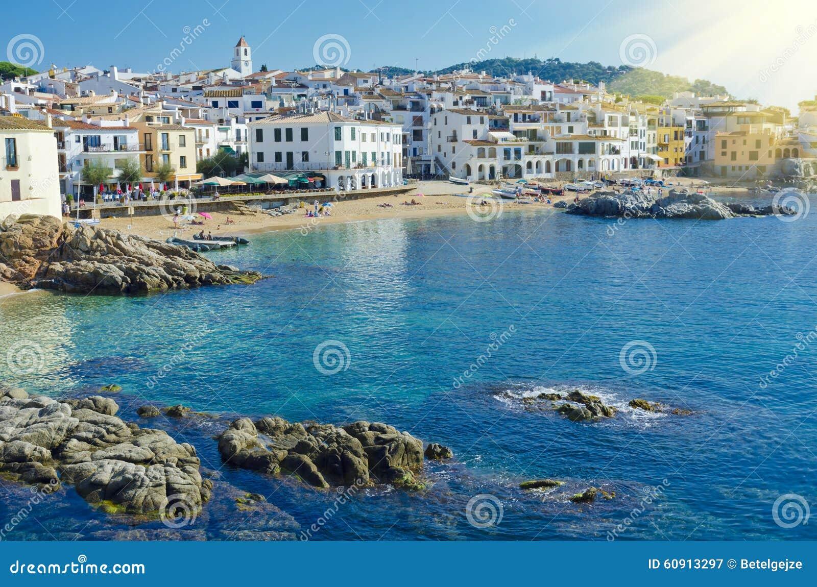 Casas brancas no beira-mar Cidade costeira Calella de Palafrugell sobre