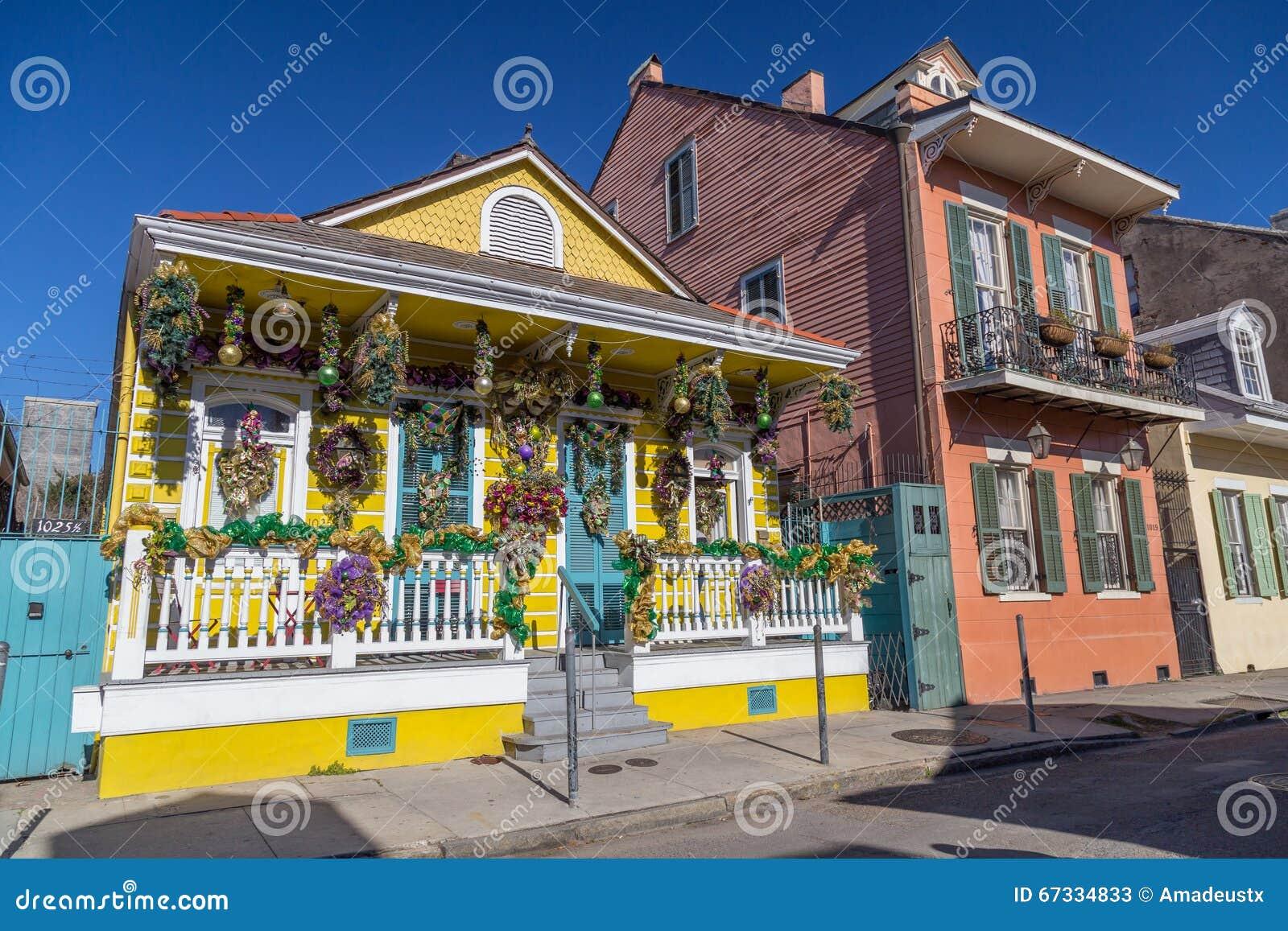 Casas coloniais velhas nas ruas do bairro francês decoradas para Mardi Gras em Nova Orleães, Louisiana