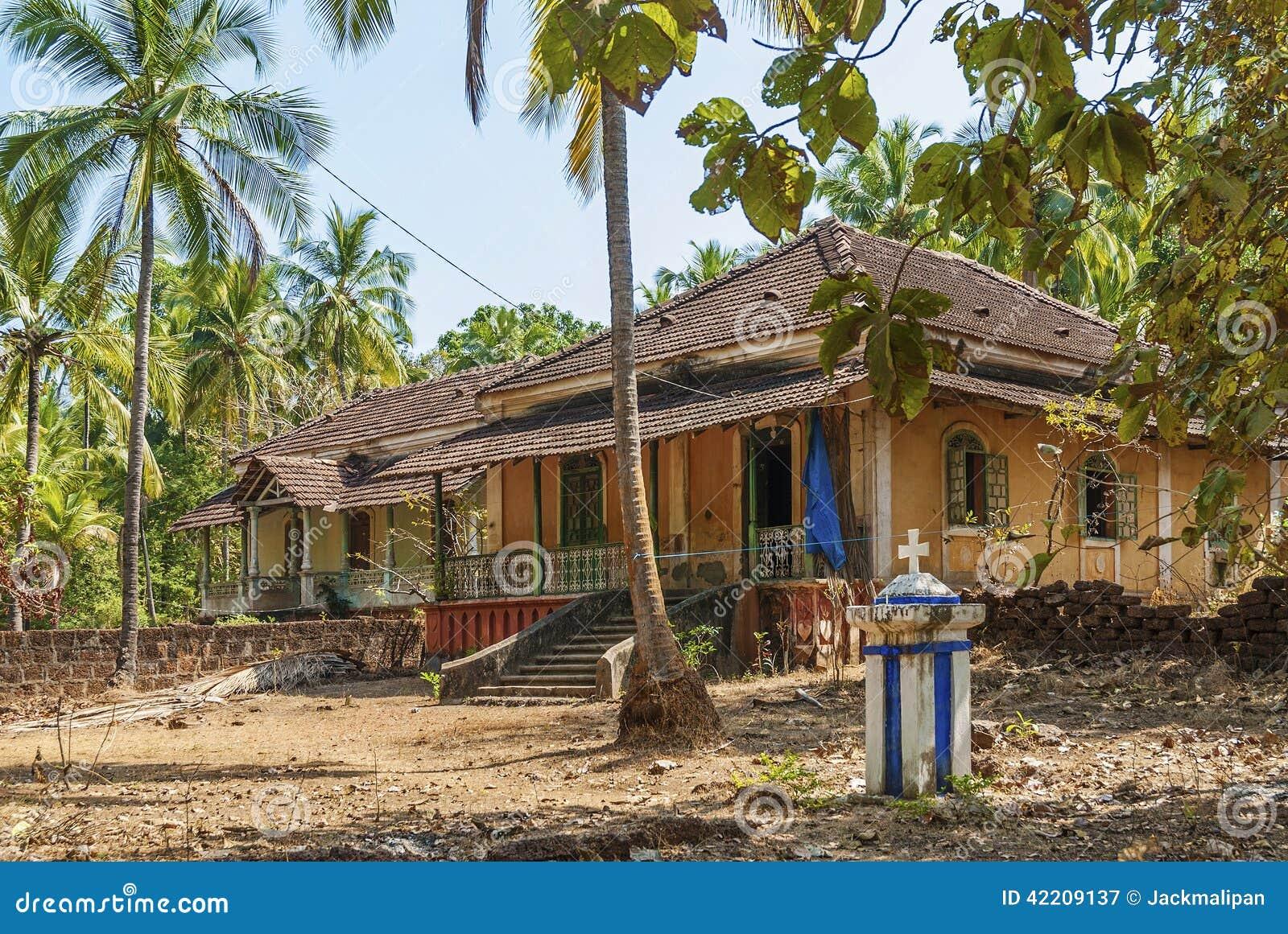 Casas coloniales viejas en el goa la india fotograf a for Casa de jardin varca goa