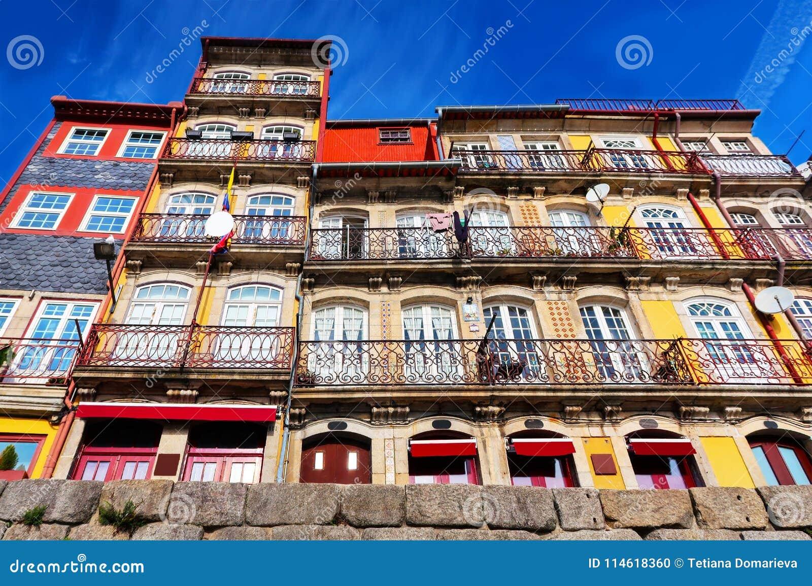 Casas coloridas brilhantes em Porto, cidade velha, vista inferior