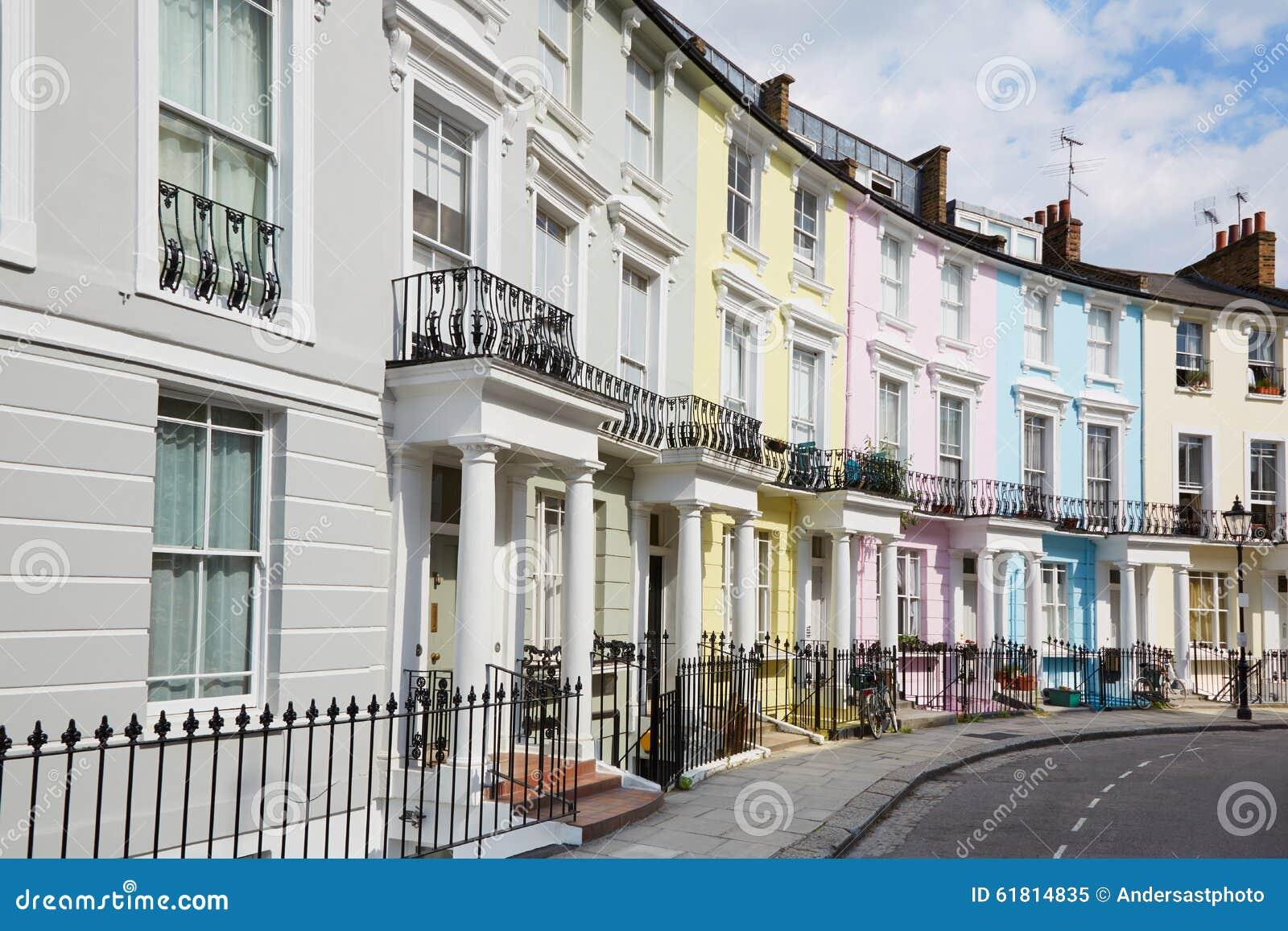 Casas coloridas de Londres no monte da prímula
