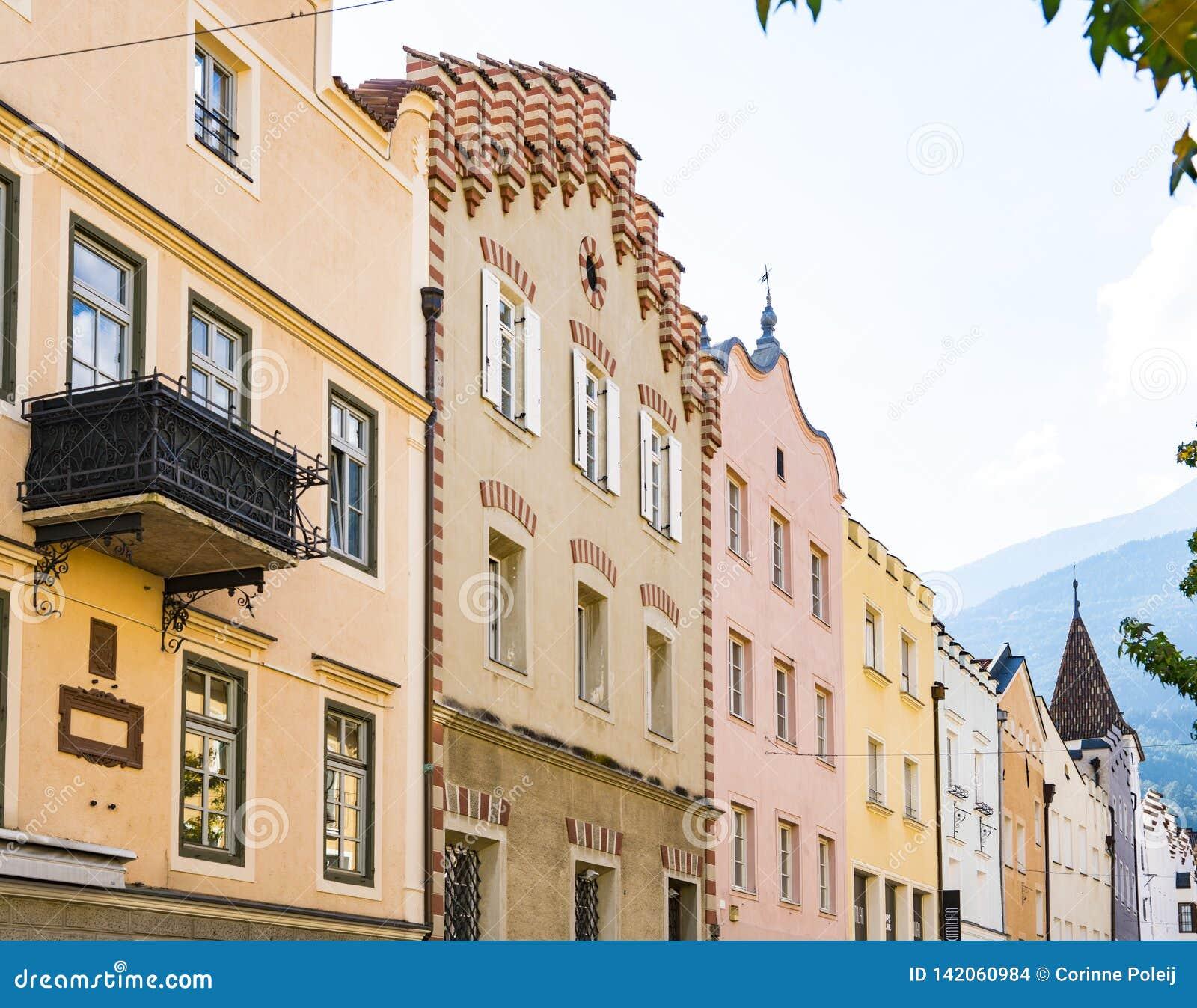 Casas coloridas em Bressanone Brixen, Itália
