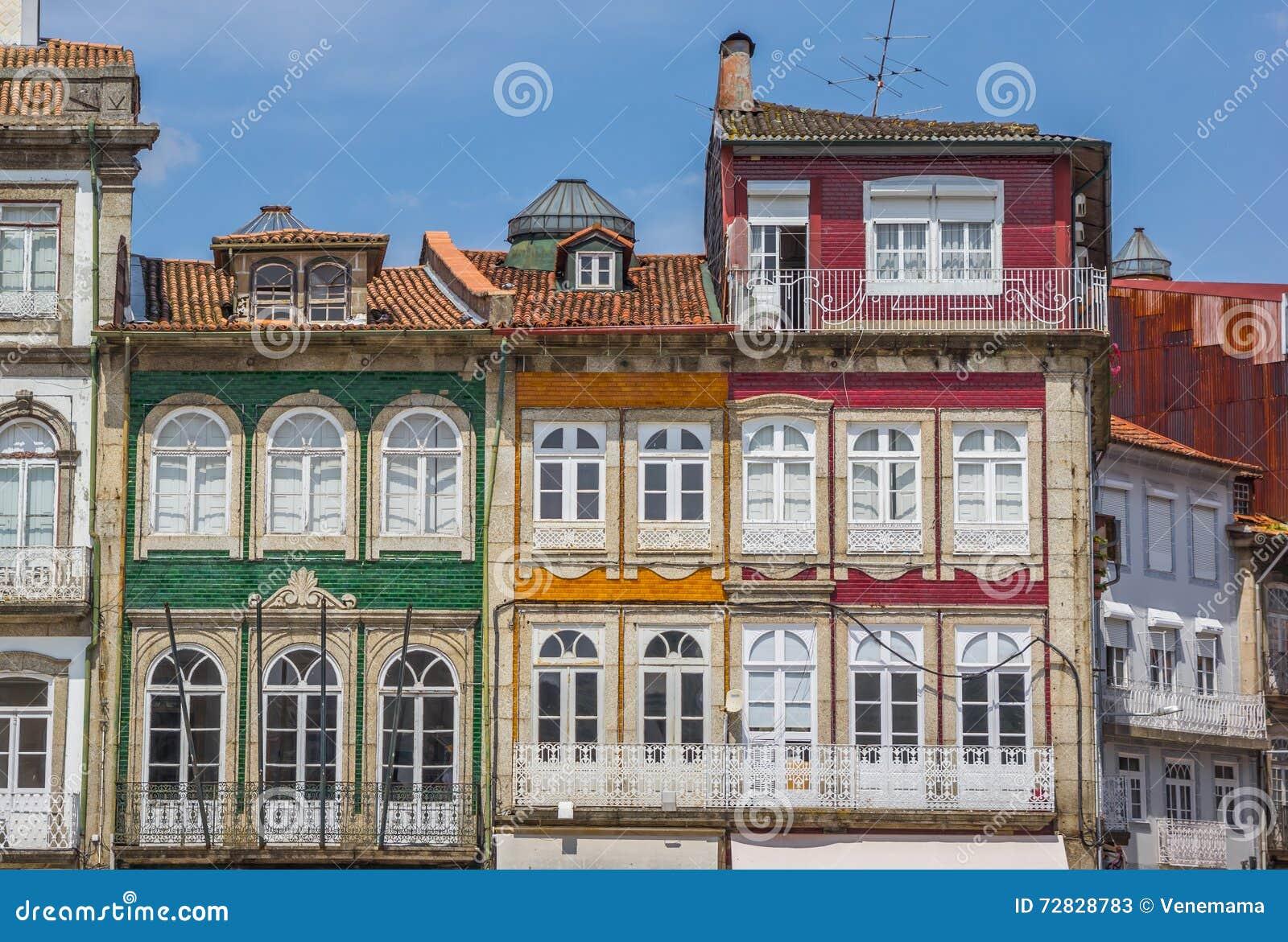 Casas coloridas en el centro hist rico de guimaraes imagen for Casa de los azulejos centro historico