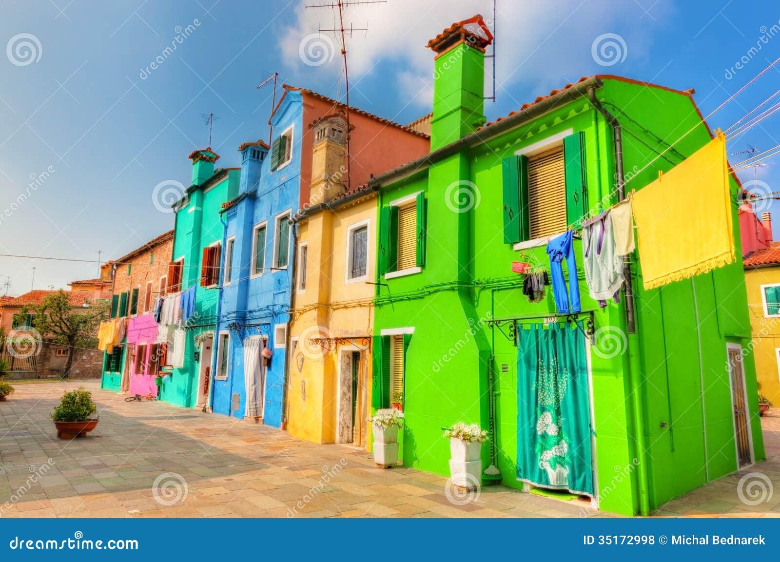 Casas coloridas en la isla de Burano, cerca de Venecia, Italia