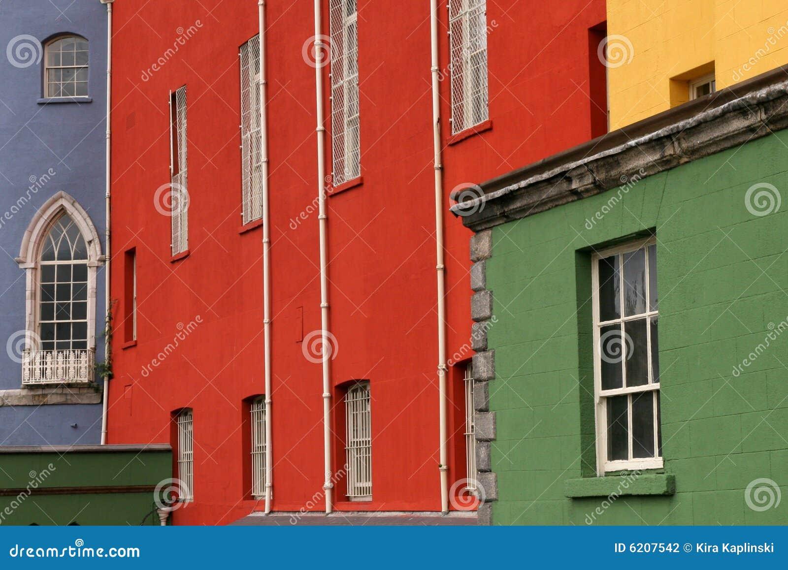 Casas coloridas en una fila en una calle de Dublín