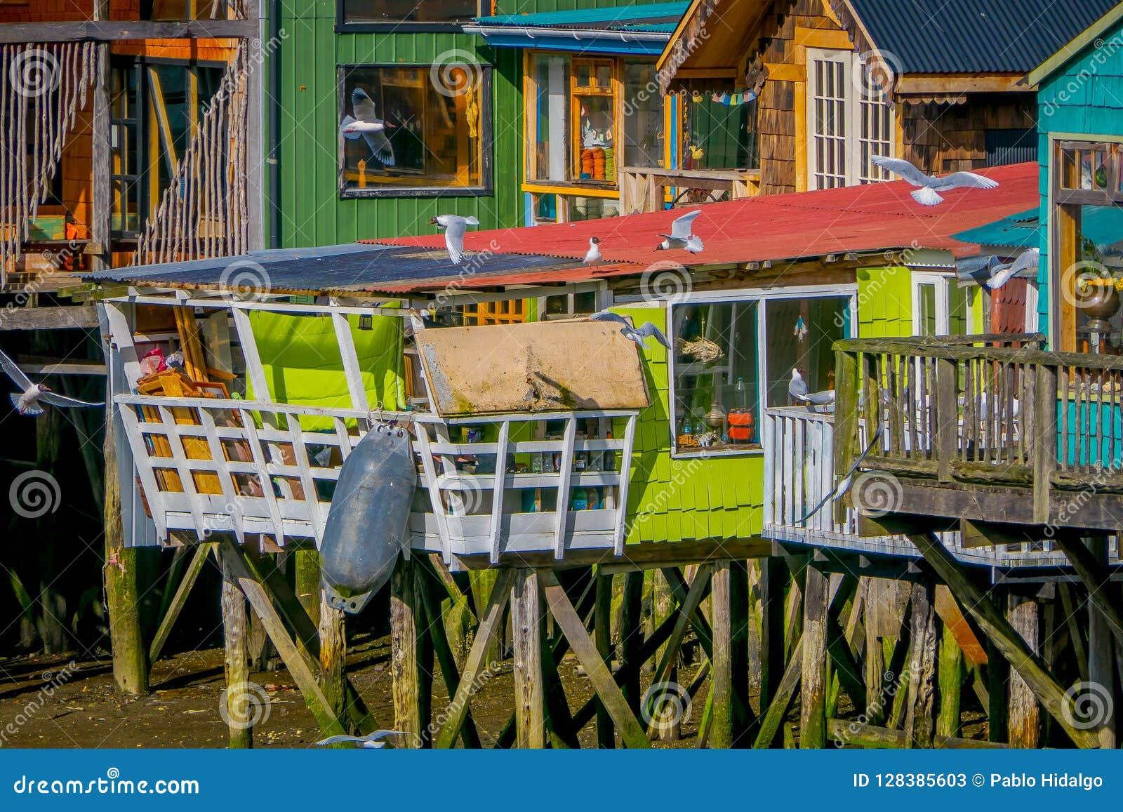 Casas coorful hermosas en palafitos de los zancos en Castro, isla de Chiloe