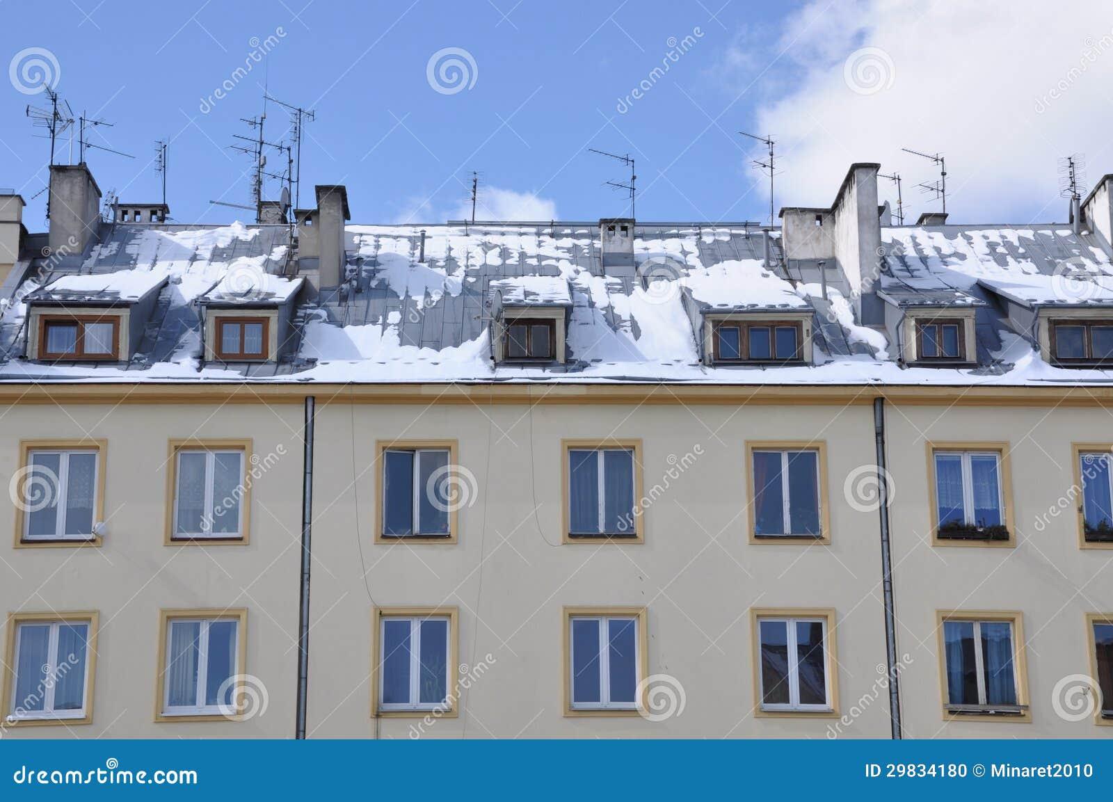 Casas da fachada para a venda e o arrendamento