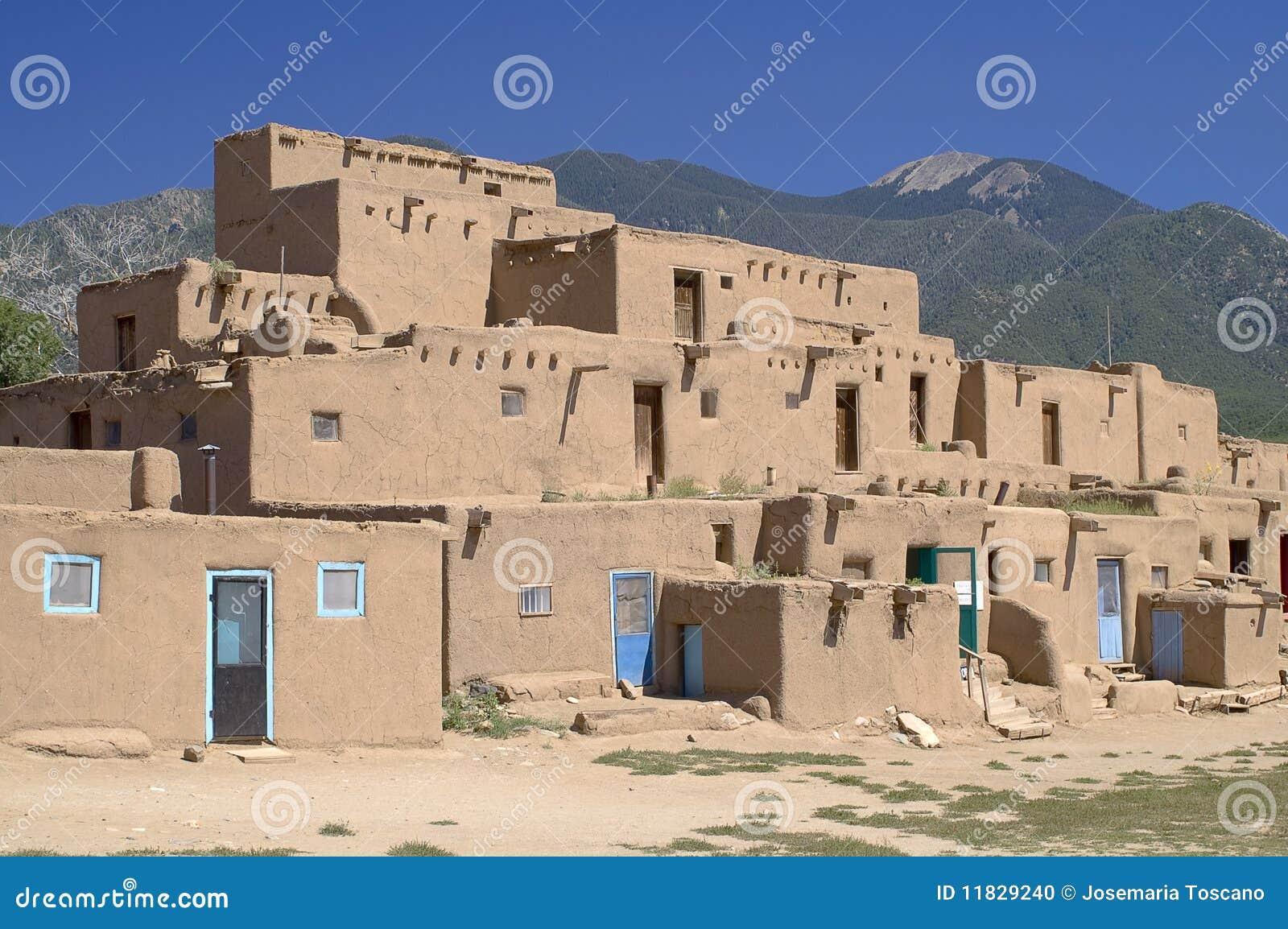 Casas de adobe en el pueblo de taos foto de archivo - Fachadas casas de pueblo ...