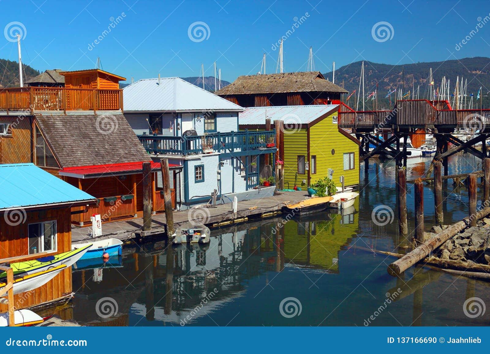 Casas de barco coloridas na baía de Cowichan, ilha de Vancôver