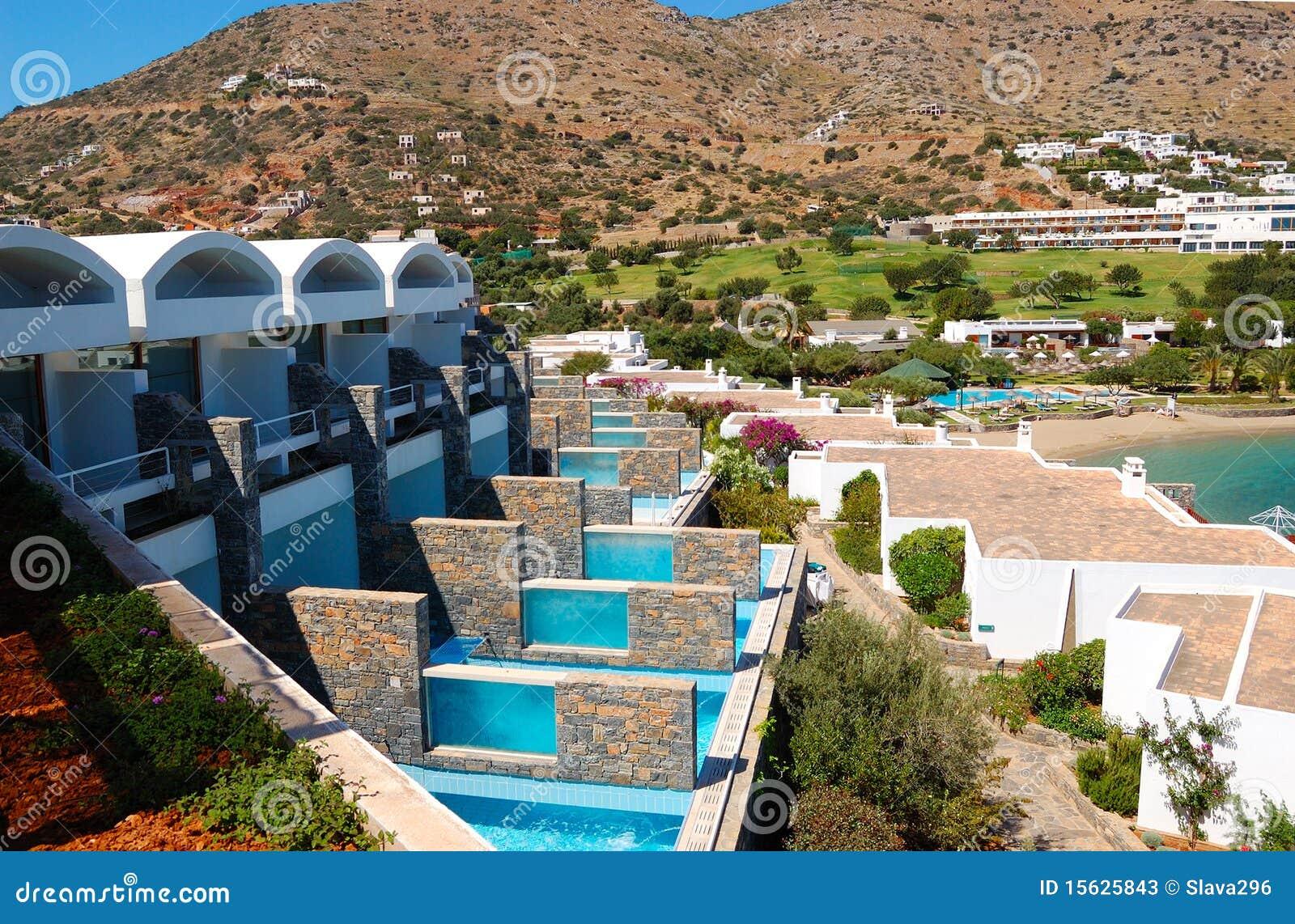 Casas de campo com piscinas do hotel de luxo imagem de for Modelos de piscinas de campo