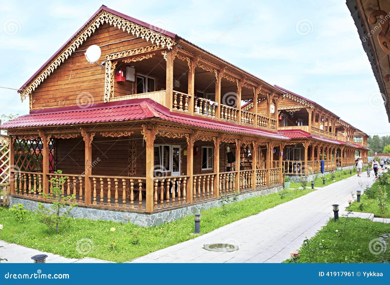 Casas de campo de madeira bonitas nas montanhas foto - Casas de campo bonitas ...