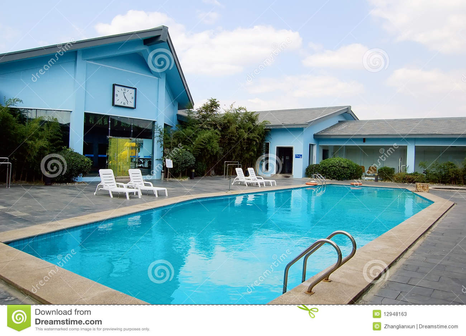 Casas de campo e piscinas azuis imagem de stock imagem for Piscinas para casas