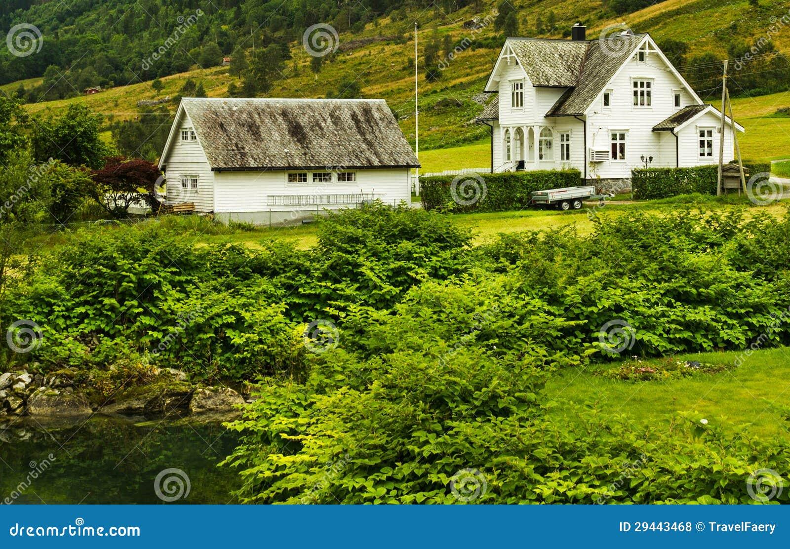 Casas de campo en noruega fotos de archivo libres de for Casas en noruega