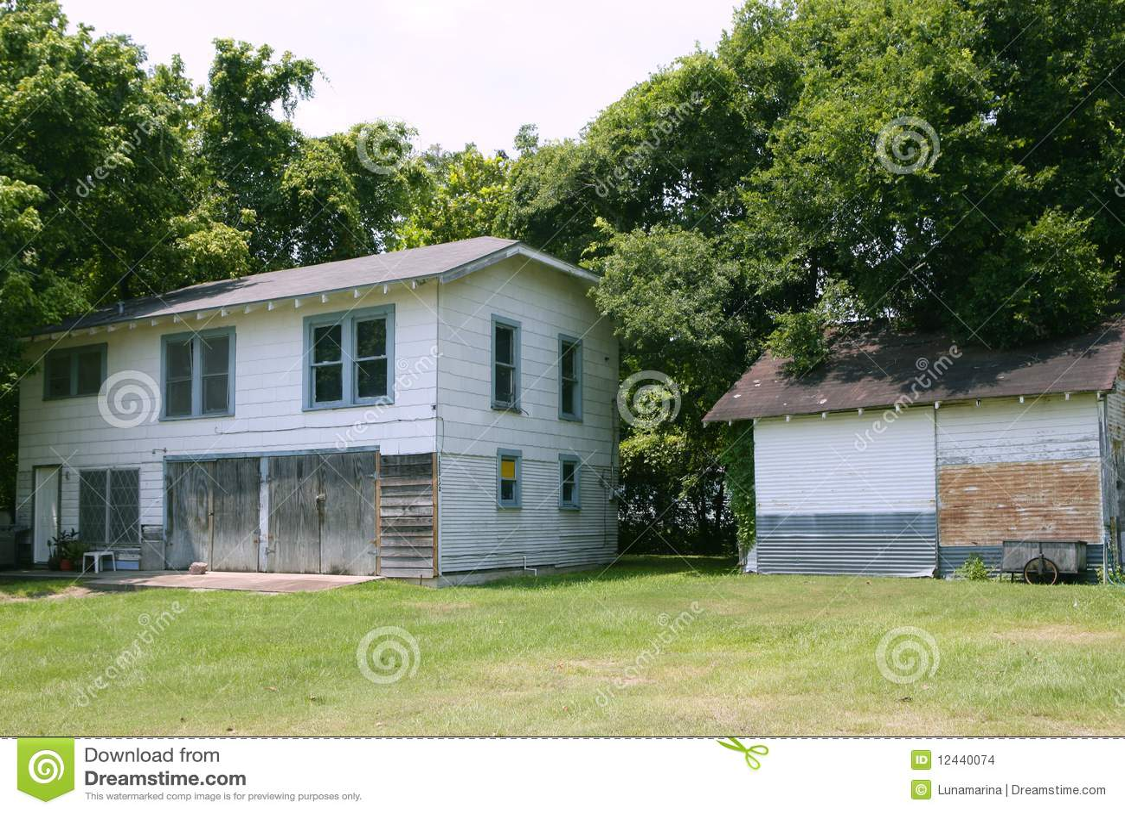 Casas de campo en tejas con los rboles foto de archivo for Hotel con casas colgadas de los arboles