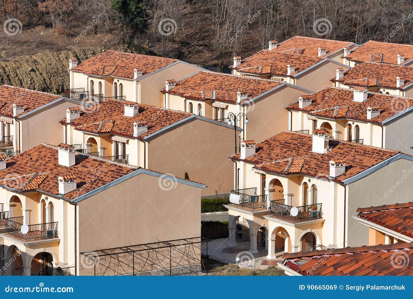 Casas de campo modernas para o aluguel no recurso de verão