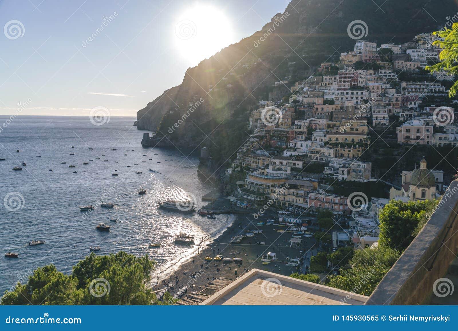 Casas de campo no fim de Positano acima, cidade no mar Tyrrhenian, a costa de Amalfi, o conceito de Itália, do hotel e da pensão,