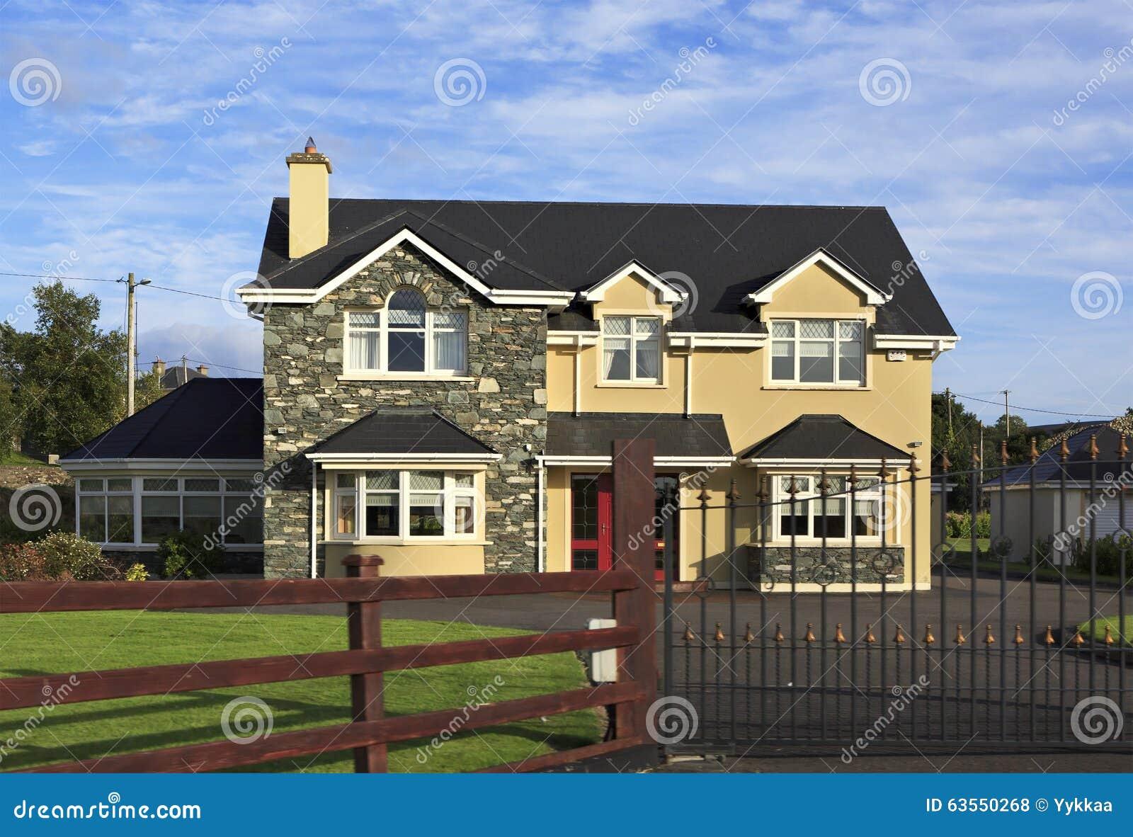 Casas de campo residenciales hermosas en irlanda foto de archivo editorial imagen 63550268 - Apartamentos en irlanda ...