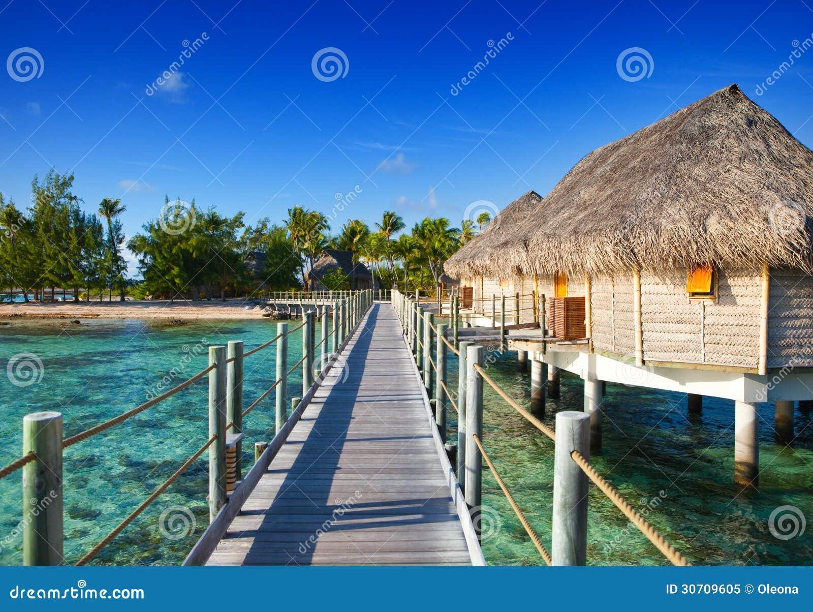 Casas de campo y el puente de madera sobre el mar foto de - Casas en el mar ...