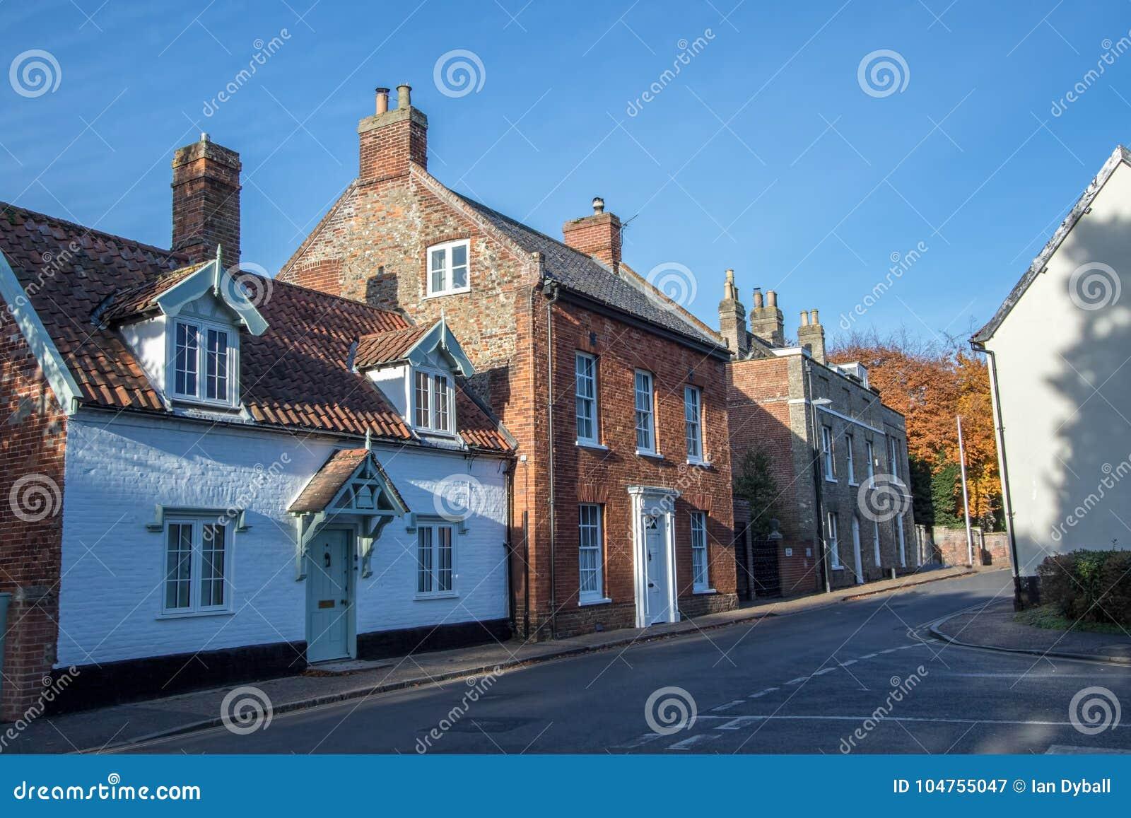 Casas de cidade velhas na rua inglesa típica da vila Wymondham Reino Unido