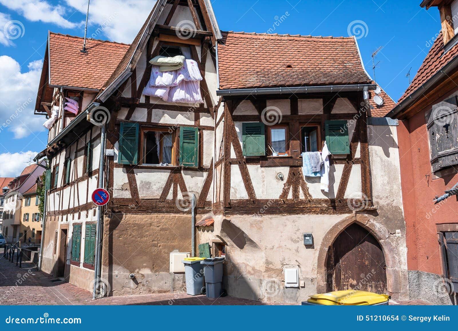 Casas de entramado de madera hermosas con los tejados for Tejados de madera casas