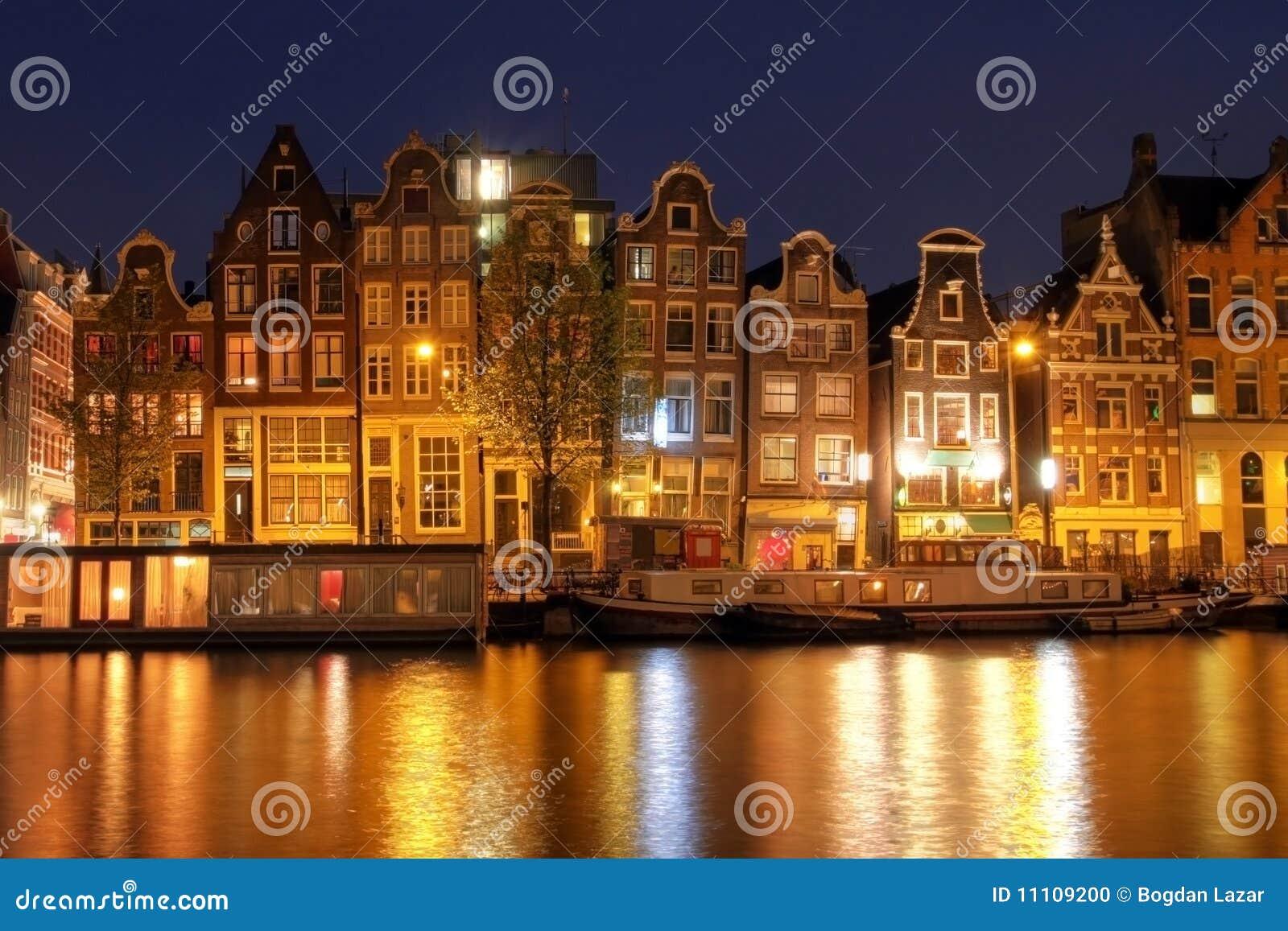 Casas de la línea de costa de Amsterdam, los Países Bajos