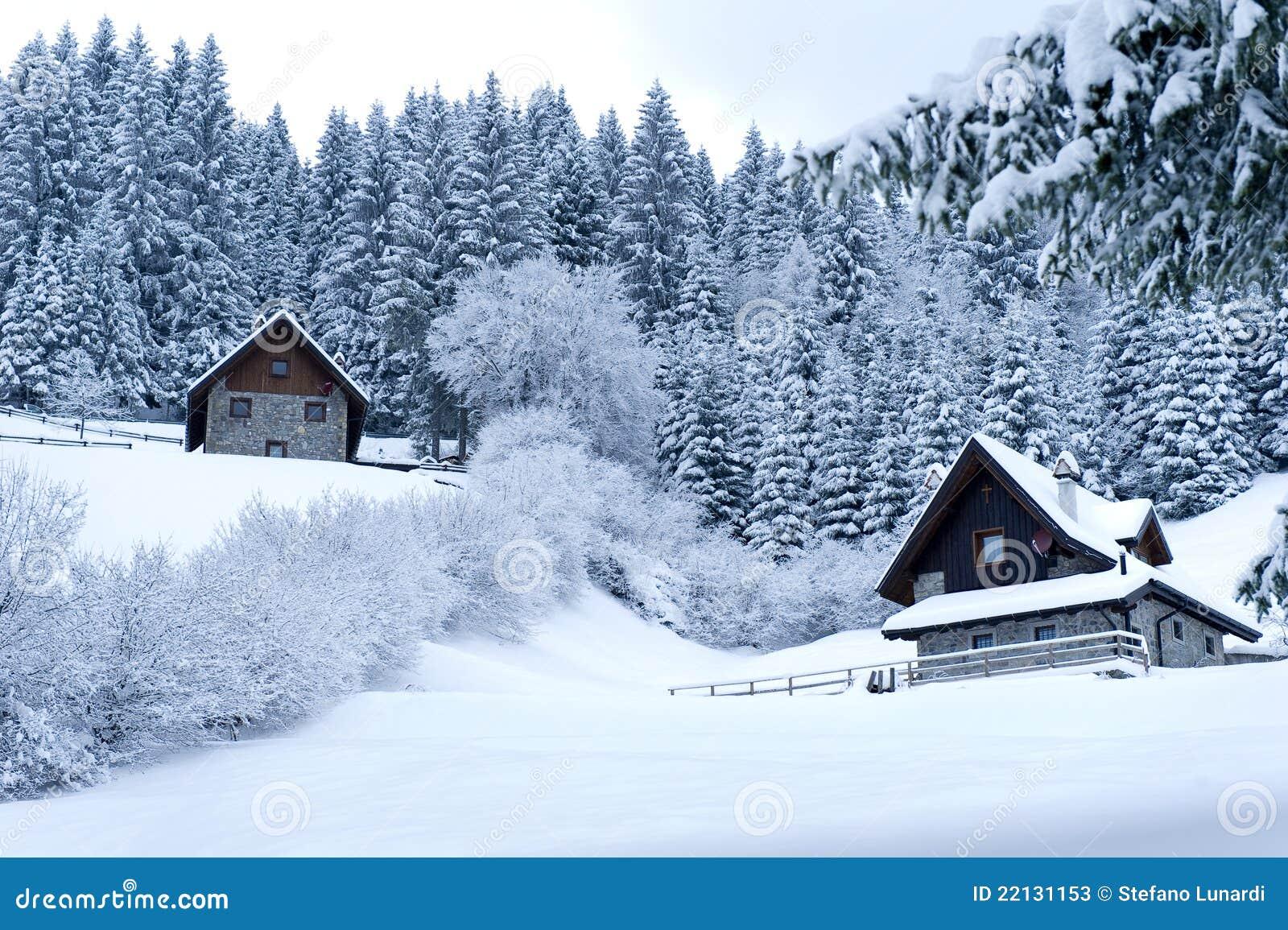 Casas de la madera en el paisaje nevado imagen de archivo - Paisaje nevado navidad ...