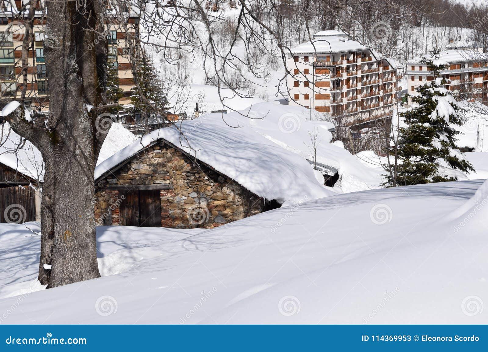 Casas de la montaña cubiertas con nieve