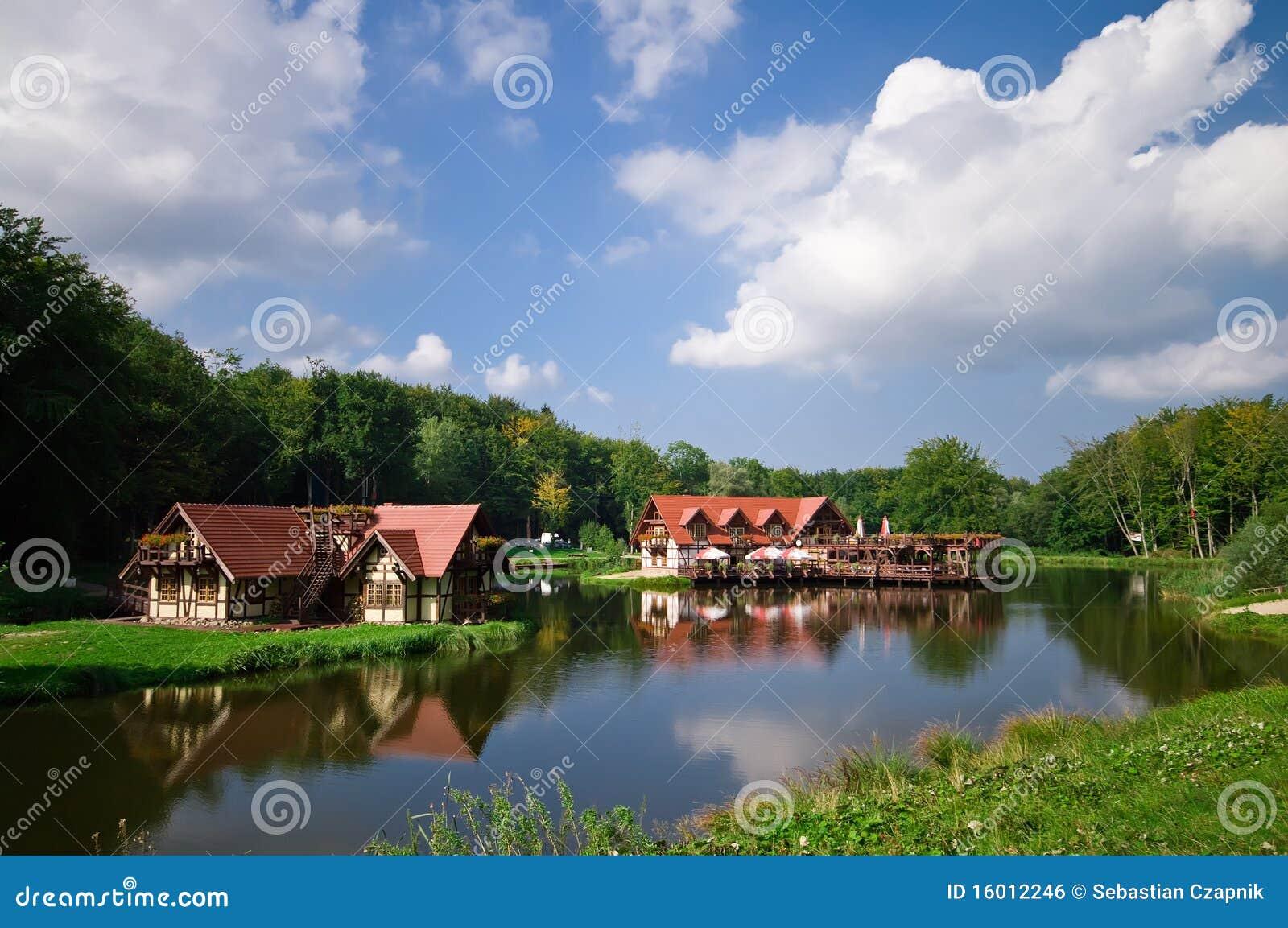Casas de la orilla del lago imagen de archivo libre de for Comprare casa al lago