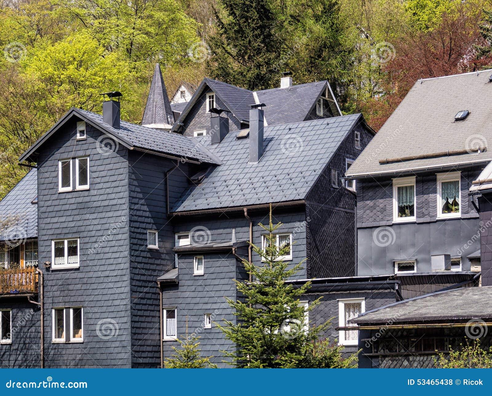 Casas de la pizarra del tejado en el bosque de thuringian foto de archivo imagen de alemania - La casa en el tejado ...