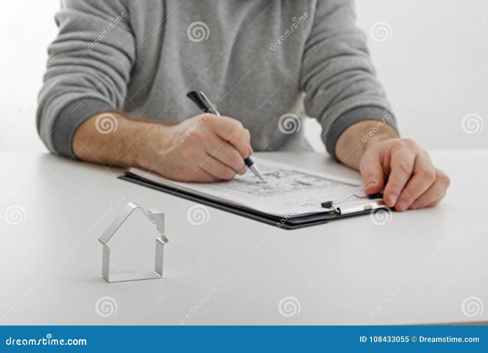 Casas de las propiedades inmobiliarias?, planos para la venta o para el alquiler Venta de las propiedades inmobiliarias, firmando