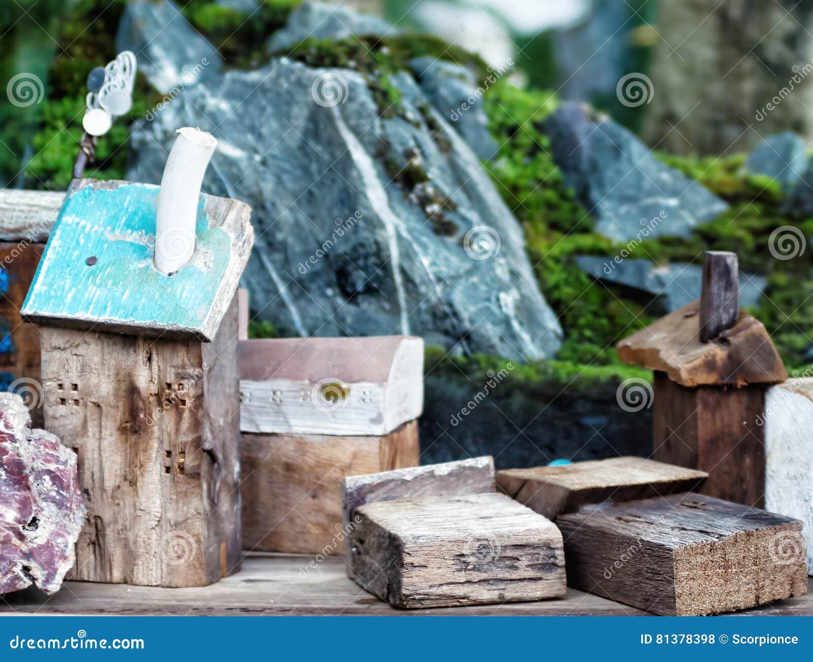 Casas de madeira do brinquedo com rochas e musgo