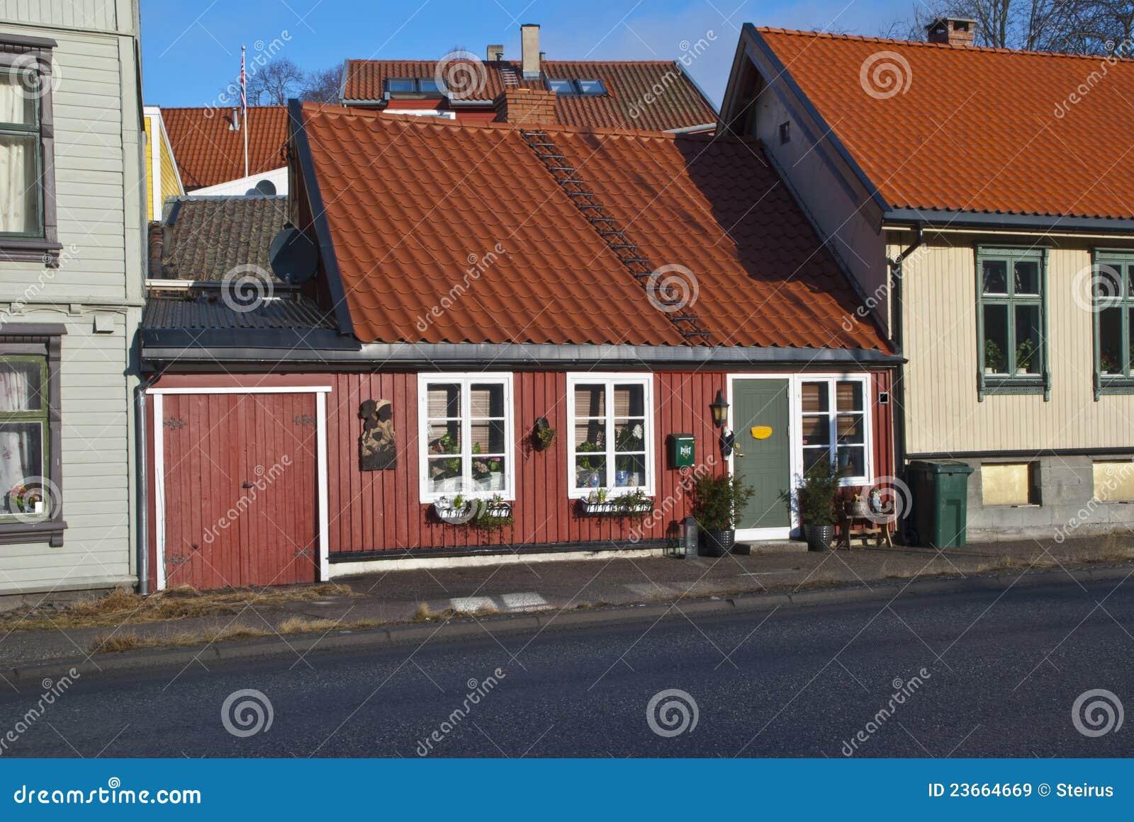 Casas de madeira pequenas velhas e acolhedores em halden for Casas de madera pequenas