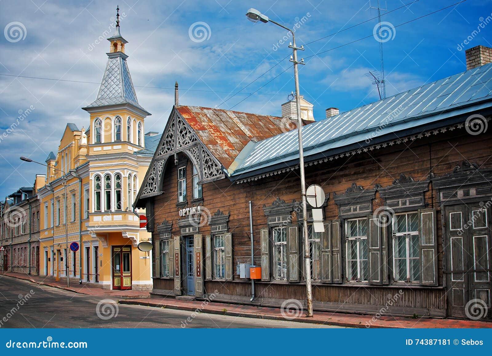 Casas de madeira velhas na esquina da rua pequena Rakvere, Estônia