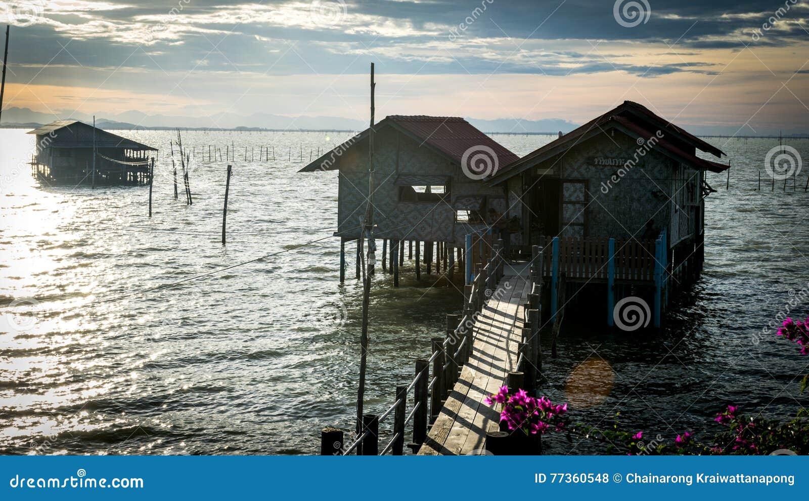 Casas de madera de los pescadores tradicionales en el lago Songkhla, Tailandia