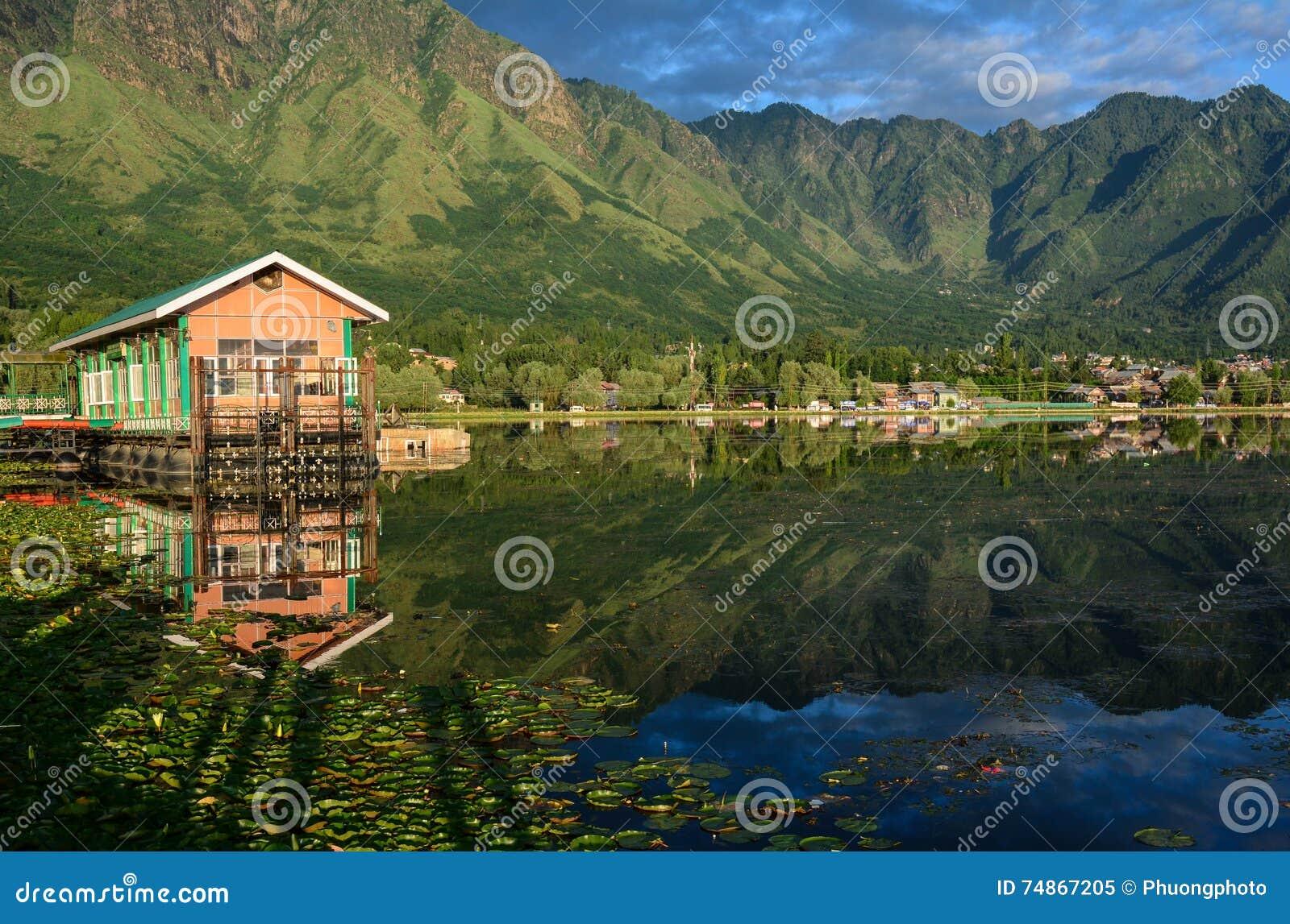 Casas de madera en Dal Lake en Srinagar, la India