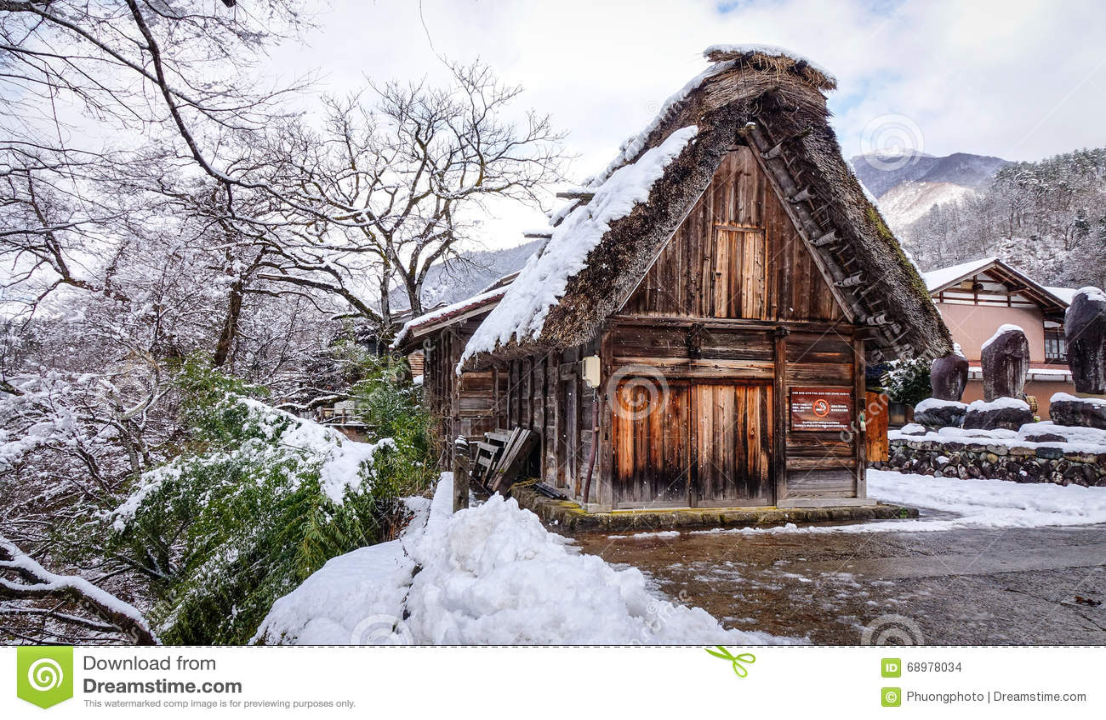 Casas de madera en el pueblo de Shirakawa en Gifu, Japón