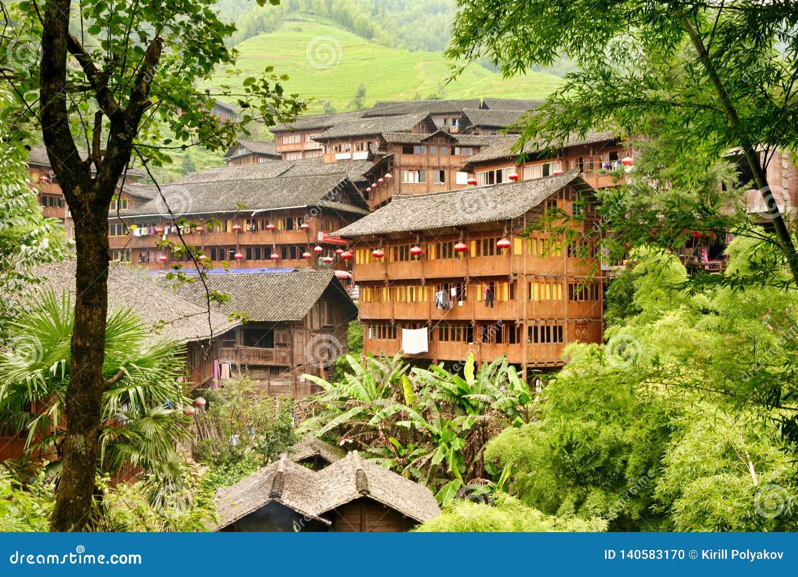 Casas De Madera Tradicionales Chinas En El Pueblo De Dazhay