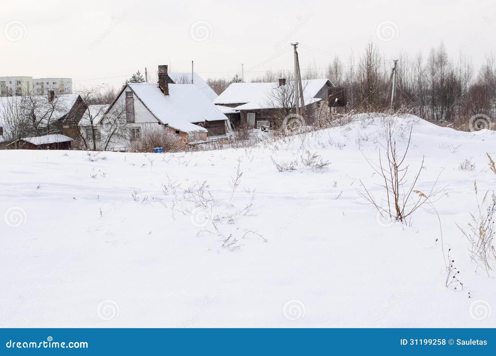 Casas de madera viejas con los tejados nevosos abundantes - photo#45