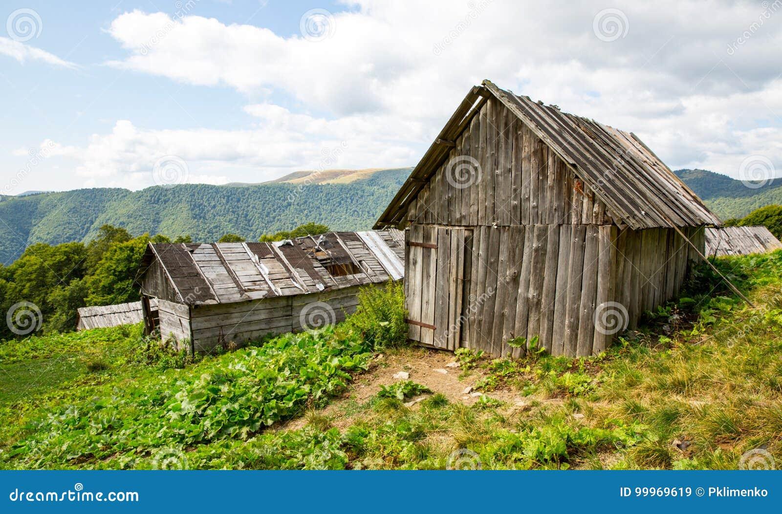 Casas De Madera Viejas En Prado En Montanas Imagen De Archivo